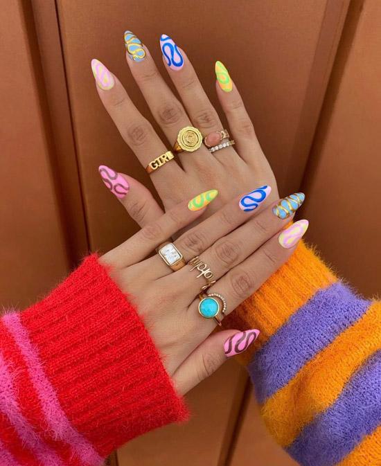 Разноцветный маникюр на длинных овальных ногтях