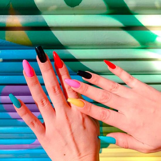 Разноцветный яркий маникюр на длинных асимметричных ногтях