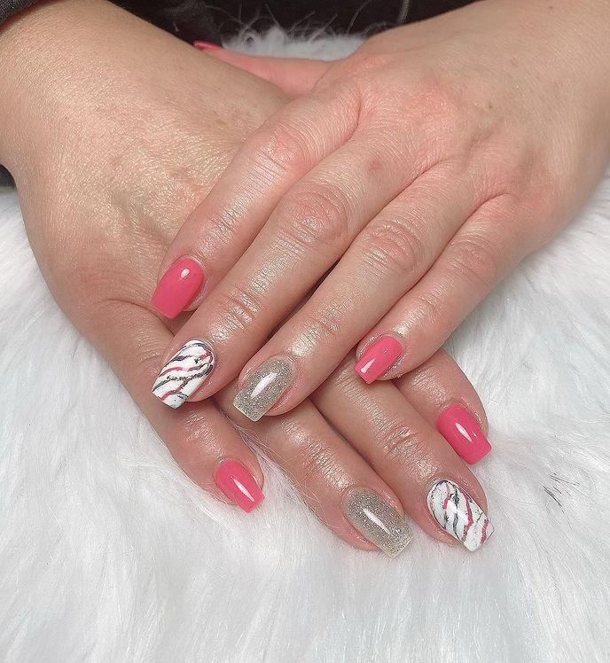 Розово белый маникюр с блестками и разводами