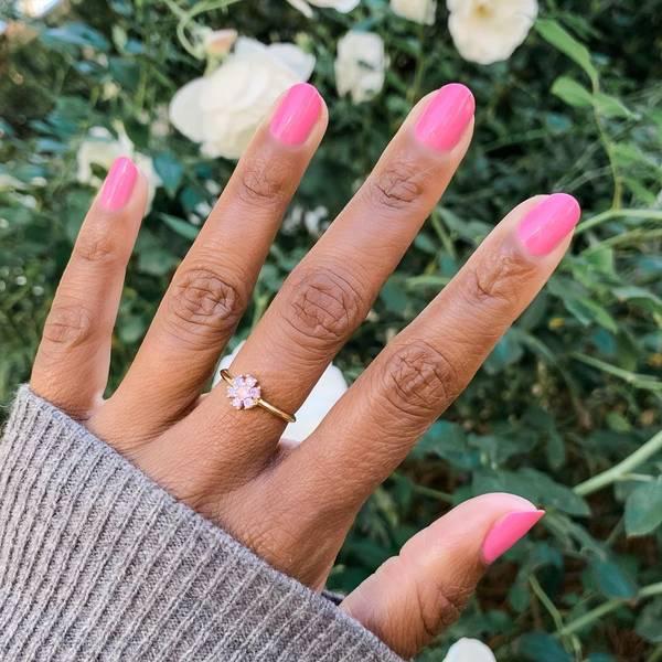 Розовый маникюр на овальных натуральных ногтях