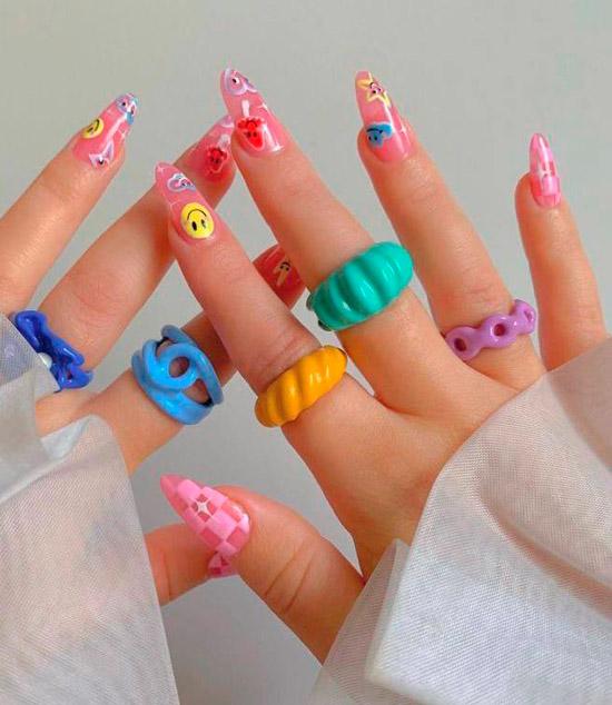 Розовый маникюр с разноцветными смайлами на длинных ногтях