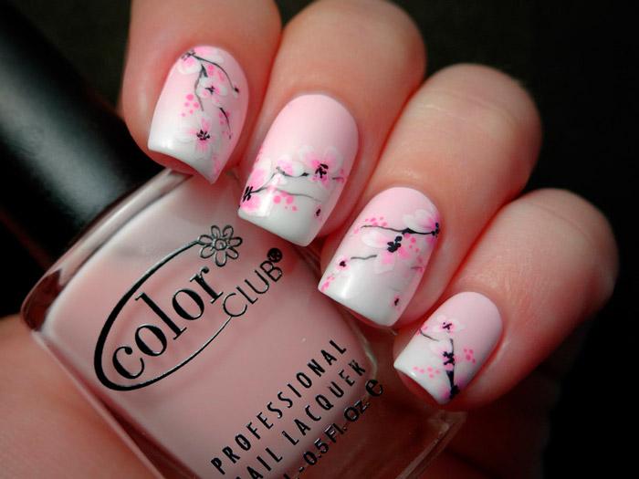 Розовый маникюр со светлыми весенними цветочками на квадратных ногтях