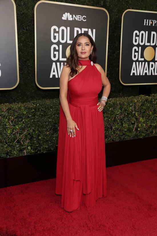 Сальма Хайек в длинном красном платье со шлейфом