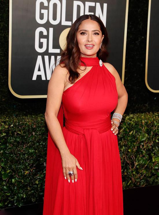 Сальма Хайек в вечернем красном платье со шлейфом