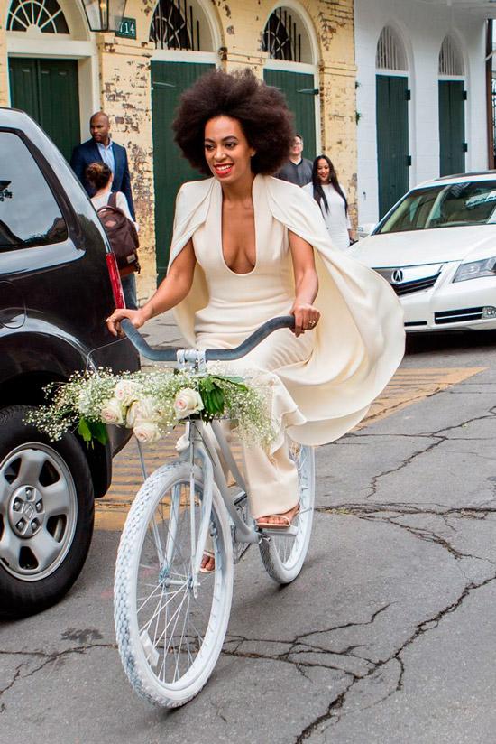 Соланж Ноулз в светлом костюме с накидкой для свадебной церемонии