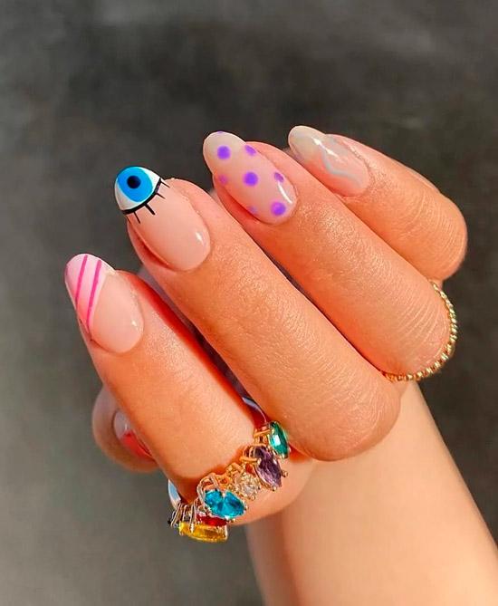 Светлый маникюр с принтом на овальных ногтях
