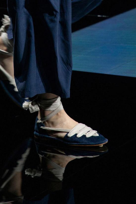 Темно синие балетки с белыми завязками от Giorgio Armani