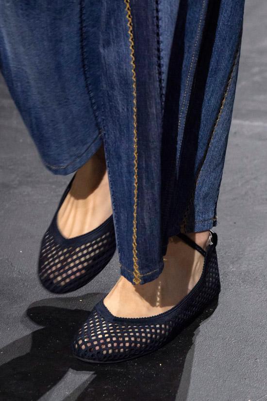 Темно синие балетки в дырочку с тонким ремешком от Dior
