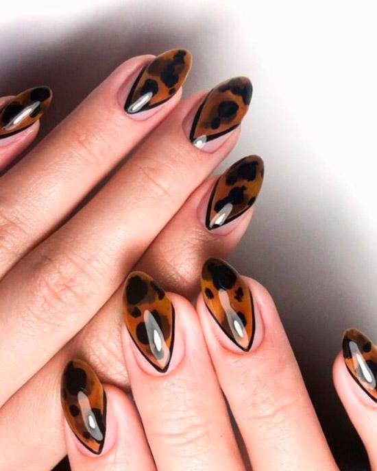 Темный черепаший принт на овальных ногтях