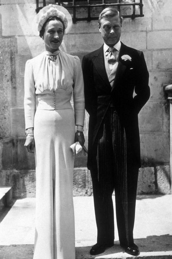 Уоллис Симпсон в белом длинном свадебном платье с длинными рукавами и подчеркнутой талией