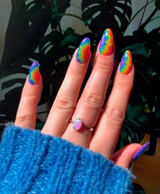 Яркий разноцветный маникюр на овальных ногтях