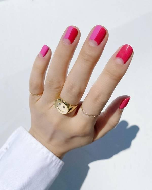 Ярко розовый лунный маникюр на коротких ногтях