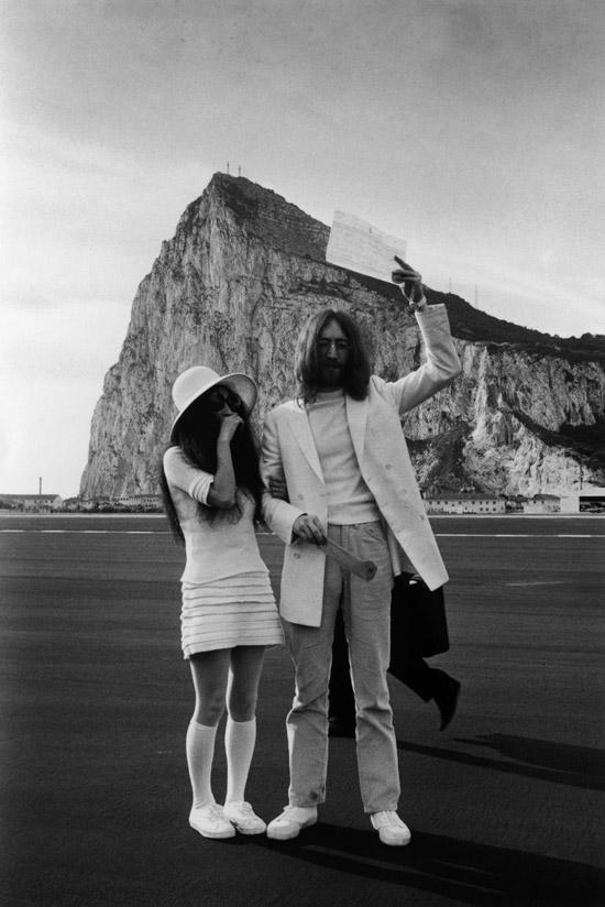 Йоко Оно в белом мини платье, шляпа и кроссовки