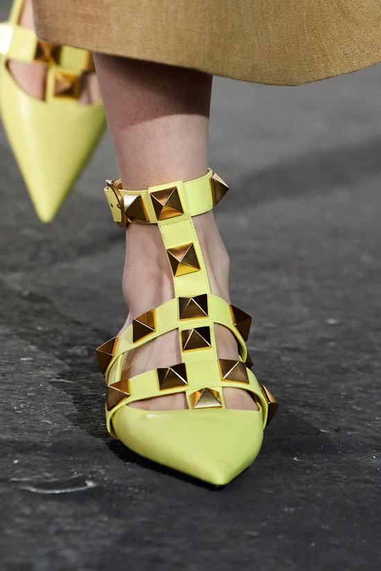 Желтые балетки с золотыми шипами от Valentino