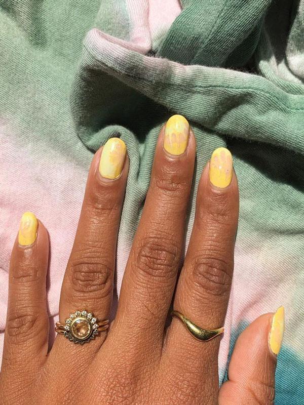 Желтый маникюр на овальных ногтях