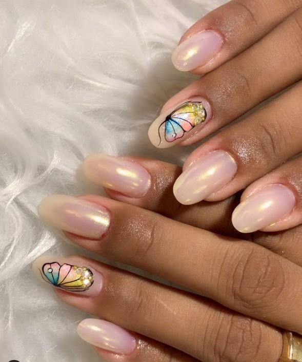 Жемчужный маникюр на овальных ногтях с разноцветной бабочкой