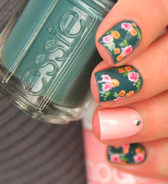 Зеленый маникюр с разноцветными мелкими цветочками на квадратных ногтях средней длины