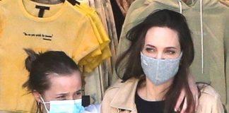 Анджелина Джоли в плаще и джинсах, счастливая выходит из магазина обнимая дочь