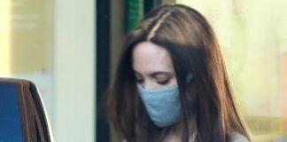 Анджелина Джоли в льняном платье и плаще выходит из магазина тканей и выглядит как всегда шикарно
