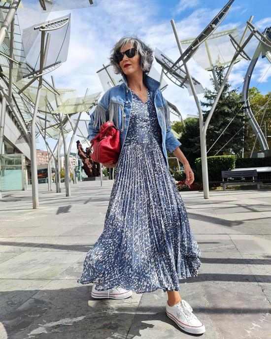Блогерша за 50 в платье и кедах