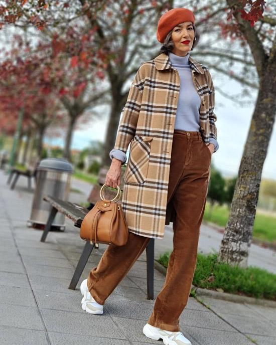 Блогерша за 50 в брюках и кроссовках
