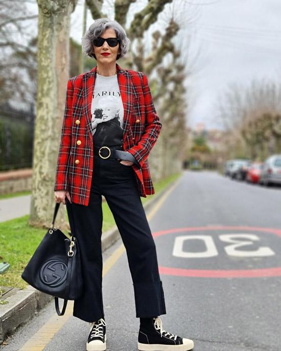 Блогерша за 50 в джинсах и кедах