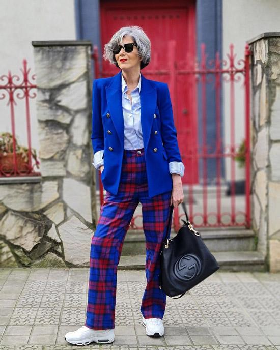 Блогерша за 50 в пиджаке и кроссовках