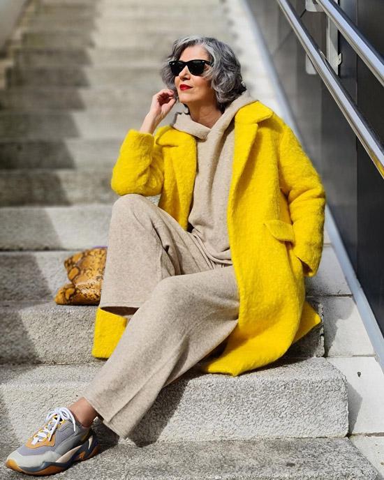 Блогерша за 50 в желтом пальто и кроссовках
