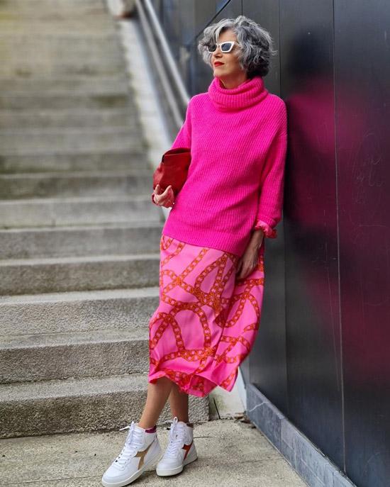 Блогерша за 50 в юбке и кроссовках