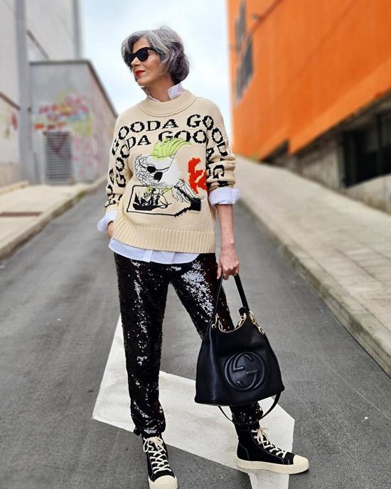 Блогерша за 50 в кожаных брюках и кедах