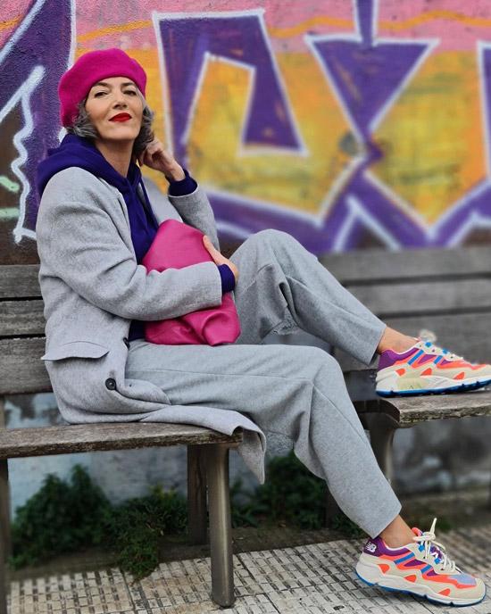 Блогерша за 50 в сером пальто и цветных кроссовках