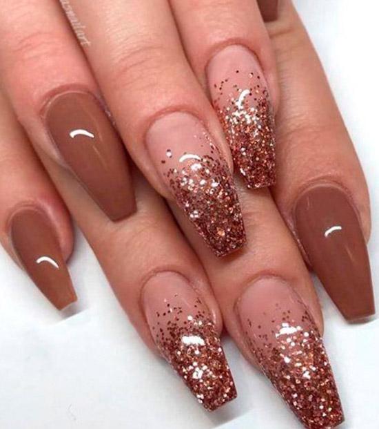 глянцевый коричневый маникюр с блестками на длинных ногтях