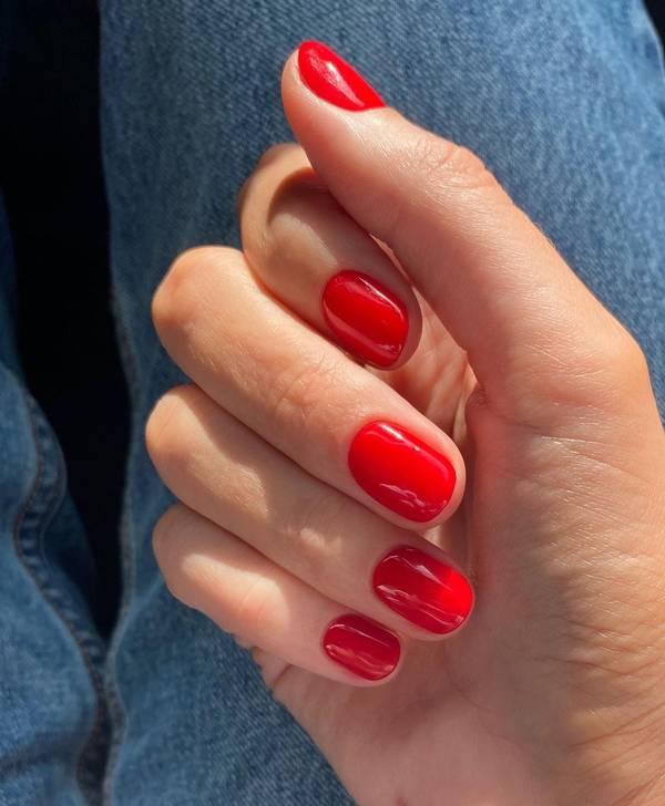 идеальный красный маникюр на коротких ногтях