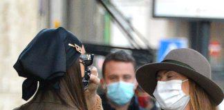 Ирина Шейк в стильном пальто и модных сапогах очаровывает прохожих на улицах Милана