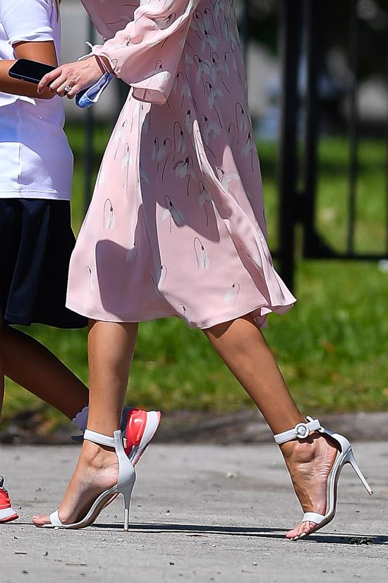 Иванка Трамп в белых босоножках и платье