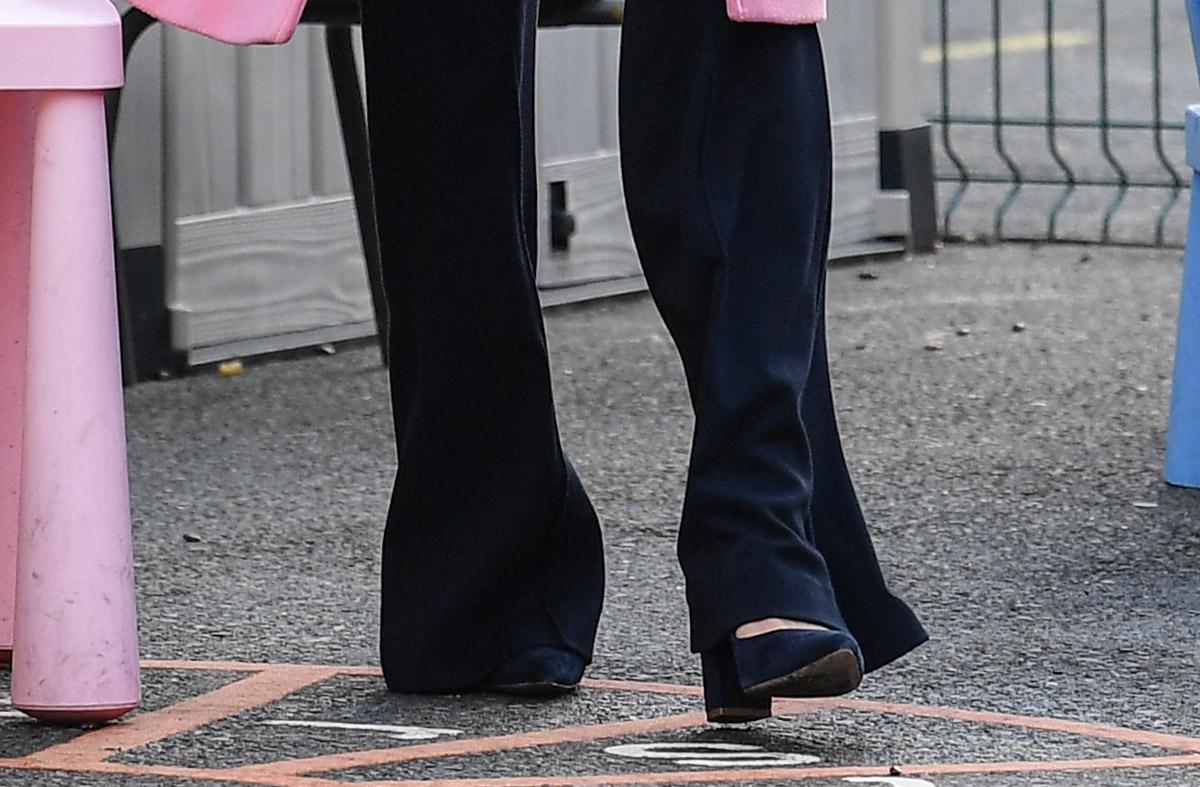 Кейт Миддлтон в туфлях и брюках клеш