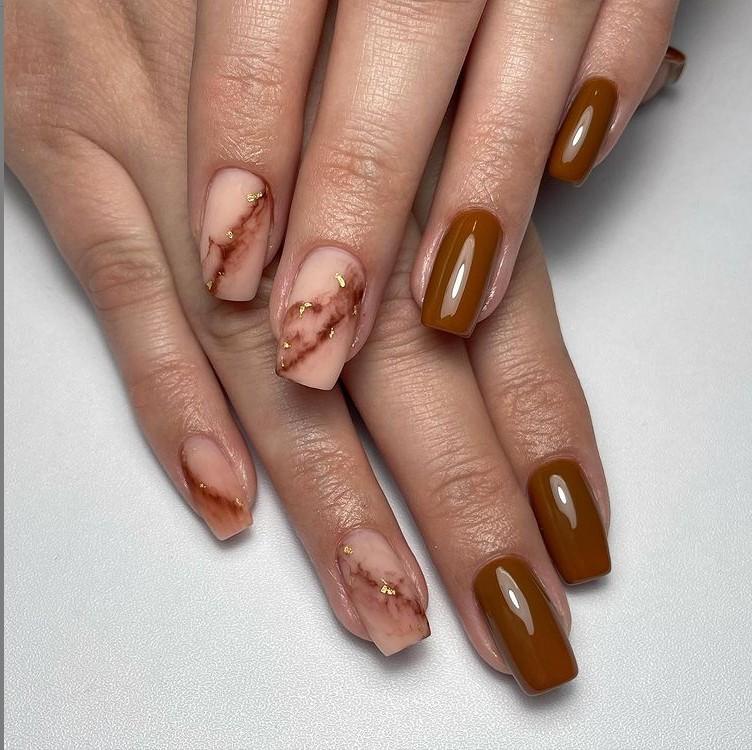 коричневый маникюр на длинных квадратных ногтях с принтом