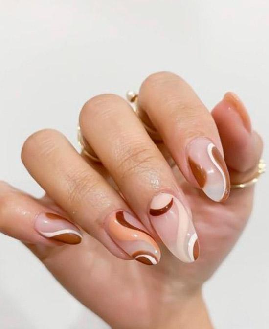 коричневый маникюр с разными оттенками коричневого на овальных ногтях