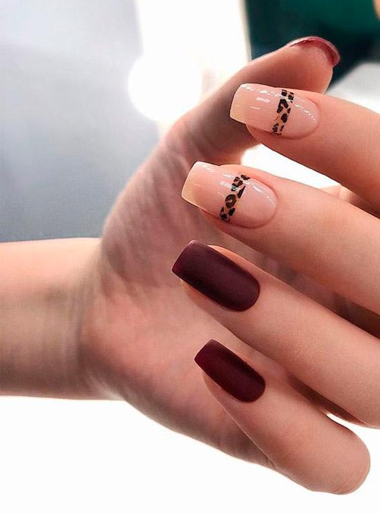 коричневый матовый маникюр с леопардовой полосой на квадратных ногтях
