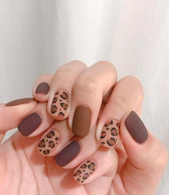 коричневый матовый маникюр с леопардовым принтом на коротких ногтях