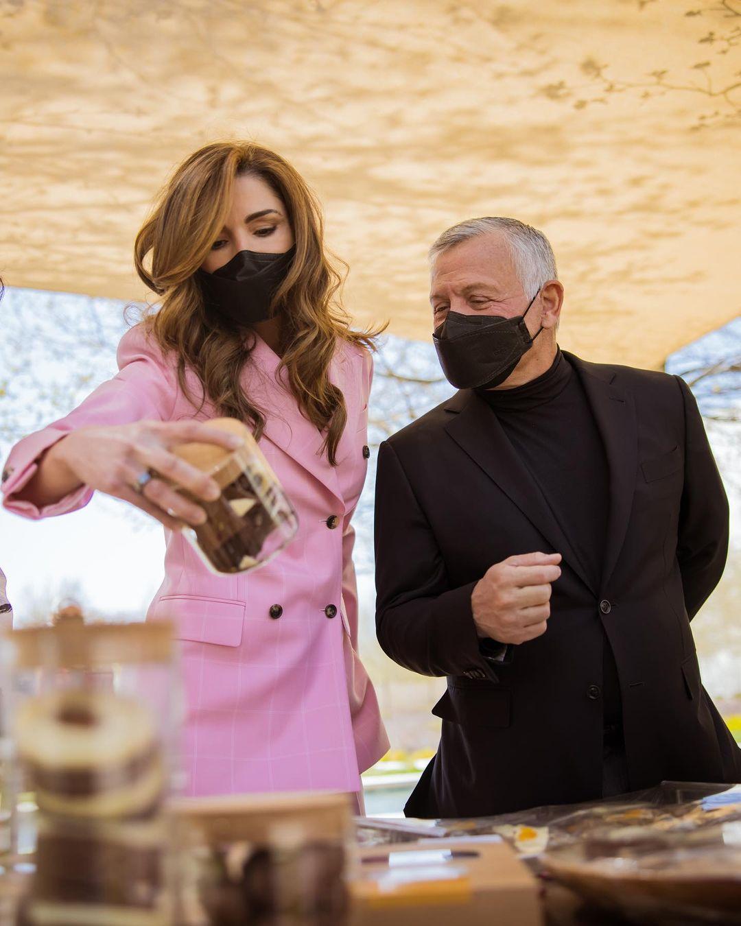 Королева Иордании в розовом двубортном пиджаке