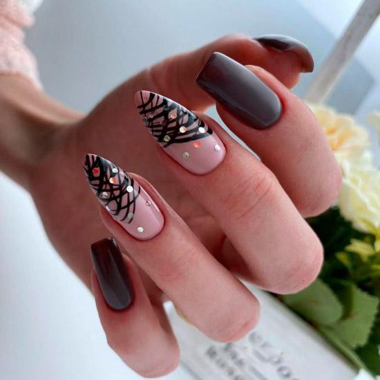 красивый коричневый маникюр с линиями и блестками на асимметричных ногтях