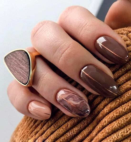 красивый коричневый маникюр с разводами и золотыми полосами