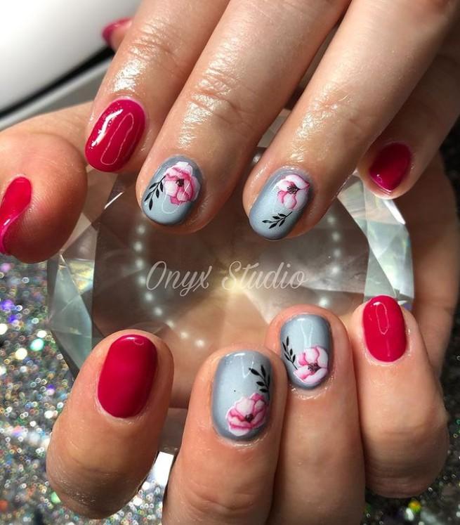красно серый маникюр на коротких ногтях с цветочным принтом