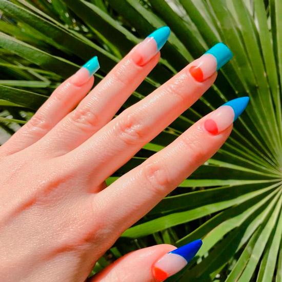 красно синий френч на длинных асимметричных ногтях