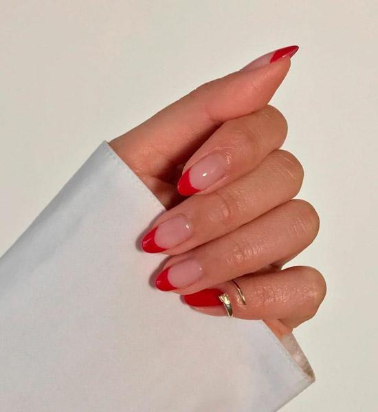 красный френч на длинных овальных ногтях