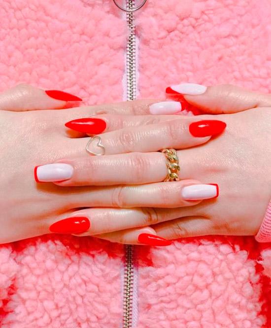 красный маникюр на асимметричных ногтях