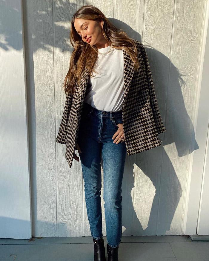 Миранда Керр в футболке и пиджаке