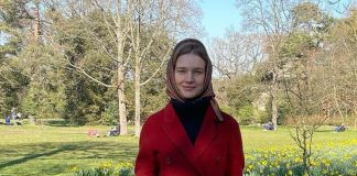Наталья Водянова в пальто, юбке и свитере показала стильный аутфит и поздравила женщин с праздником
