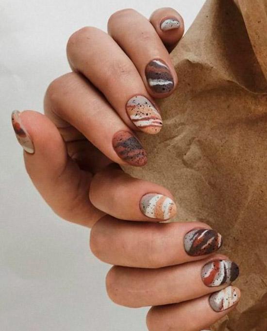 оригинальный коричневый маникюр на коротких овальных ногтях